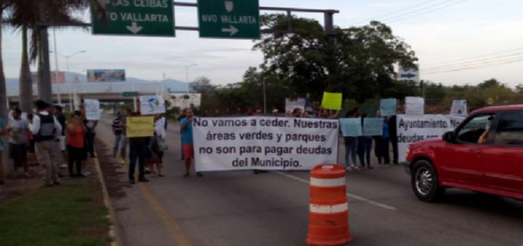 Bloquean la carretera federal 200 y no asistan al llamado de José Gómez