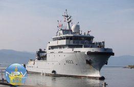 Ondea en Puerto Vallarta la bandera de Francia, tras arribo del buque Bougainville