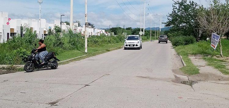 Piden mantenimiento en banquetas de vialidad de acceso a Altavela