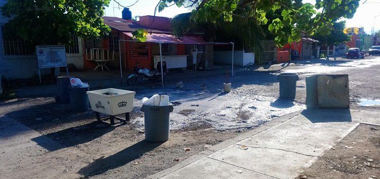 Vecinos de Valle Dorado reparan baches