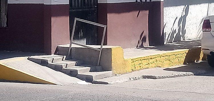Barandilla para discapacitados obstruye banqueta en calle céntrica de San Vicente