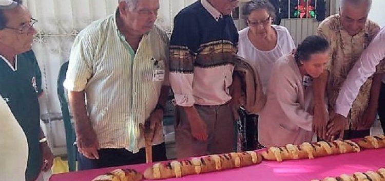 Rosca de Reyes y donativo a adulto mayor de la tercera edad de Bucerías